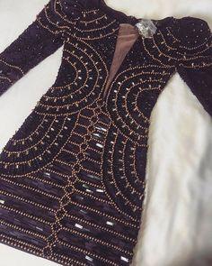 O Dress Veneza é feito com tecido e pedras importadas, todo bordado à mão. O tecido contém elastano, que se adequa perfeitamente bem ao corpo.