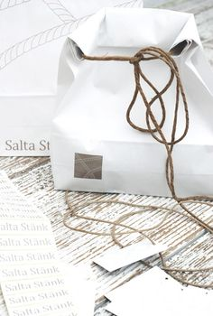 Self promotion idea. Heavy paper bag, string, stick on labels - send a couple of your network people a small treat in a package that is so cool. Craft Packaging, Cool Packaging, Paper Packaging, Packaging Design, Wrapping Gift, Creative Gift Wrapping, Japanese Typography, 3d Typography, Japanese Packaging
