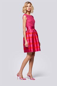 Carolina Herrera, ha tomado como punto de partida los sofisticados años 60. Solo hay que ver sus femeninas y estilosas propuestas, inspiradas en grandes divas de la moda, como Audrey Hepburn, Jea…