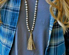 Cuero y perlas borla collar con acento turquesa