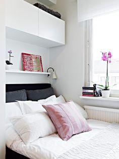 Petite chambre. J'aime l'idée gain de place, la tablette qui sert de table de nuit et sur laquelle on accroche la lampe de chevet