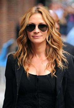 Julia Roberts showing curls twisting away from her face