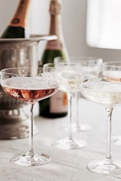 A champagne coupe. THE way to drink champagne! Champagne Saucers, Pink Champagne, Champagne Toast, Spade Champagne, Vintage Champagne Glasses, Champagne Flutes, Champagne Coupe Glasses, Champagne Party, Crystal Champagne