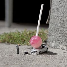 Slinkachu's 'Global Model Village' street art is the latest in his wonderful 'Little People Project' that's been ongoing since 2006 Pink Tumblr, Art Des Gens, Digital Photography, Art Photography, Figure Photography, People Photography, Minis, Photo Macro, Model Village
