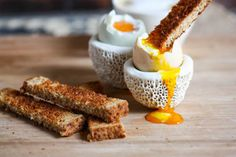 How to make perfect Eggs Soldiers (or, Soft-Boiled Eggs and Toast) via Eat, Live, Run Egg Recipes, Wine Recipes, Great Recipes, Favorite Recipes, Dippy Eggs And Soldiers, Perfect Eggs, Soft Boiled Eggs, Love Food, Cravings