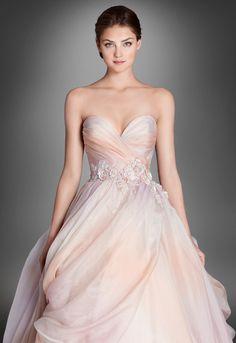 """E passiamo agli abiti da sposa colorati nei toni rosa """"sorbetto"""". Il primo è un ballgown in organza con corpetto strutturato a corsetto e dettagli in pizzo Chantilly e gonna a onde tagliate a vivo"""