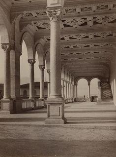 Loggiato ad archi con soffitto a cassettoni della vecchia Camera di Commercio (ca. 1904). Fotografia Lombardi – Siena.  Archivio fotografico Malandrini – Fondazione MPS.