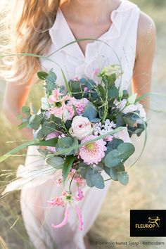 Dit trouwboeket in roze tinten bevat veel verschillende roze bloemen. O.a. de roos, gloriosa, dahlia en eucalyptus. Dit bruidsboeket is gemaakt door Fleurop bloemist Bloemsierkunst Sjerp uit Rotterdam. Floral Designs, Rotterdam, Camper, Floral Wreath, Wreaths, Glee, Flowers, Caravan, Floral Crown