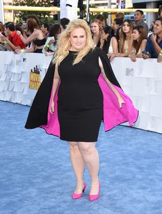 Rebel Wilson walked the blue carpet of the MTV Movie Awards today looking flawless AF. | Rebel Wilson Wore A Cape To The MTV Movie Awards And Looked Goddamn Flawless