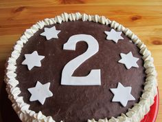 Suklainen vuosikakku suklaisella massalla päällystettynä. Leivonta. Lasten kakku. Lasten synttärit.
