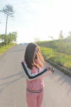 운동하기 딱 좋은 날!패션피플은 트레이닝복도 아무거나 입을 수 없잖아요..! 사랑스러운 스베누 아브릴 베이비핑크로 스타일도, 몸매도 지켜세요.   #스베누 #sbenu #트레이닝복 #fashion #스베누아브릴 #아이템 #딸기우유색트레이닝복