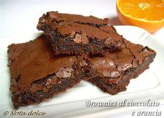 I brownies al cioccolato e arancia senza burro sono dei dolcetti golosissimi, preparati con cioccolato e arancia e con l'olio extravergine d'oliva.