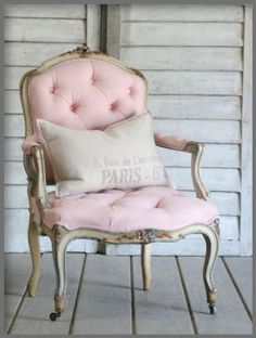 Inredning i Fransk Lantstil och Shabby Chic. Interior decorations in French Countrystyle and Shabby Chic Go Pink, Pastel Pink, Blush Pink, Blush Color, Pink Grey, Oui Oui, Vintage Chairs, Antique Chairs, Everything Pink