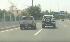 """بالفيديو.. """"شجار بالسيارات"""" بين سائقَين على طريق سريع بمكة"""