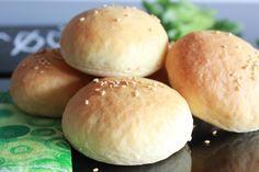 Saftige, myke og kjempegode hamburgerbrød ble til etter at jeg brukte nesten lik oppskrift som til disse Nan brødene. Hamburgerbrødene ble lagd til denne kjempegode og smakfulle hamburgermiddagen.18 små hamburgerbrød ble lagd av500 g mel1 ss sukker2 ts salt350 g yoghurt naturell (jeg brukte gresk type fra Synnøve Finden)150 g ...