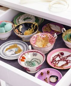 Organise your jewelry in a cool way using vintage cups and saucers!
