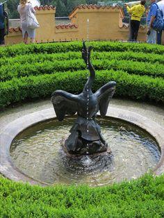 #Schloss #Hohenschwangau im #Allgäu. Wunderschön für eine #Besichtigung. #Heertümlich und viele Eigenschaften. Garden Sculpture, Bird, Outdoor Decor, Home Decor, Travel Advice, Viajes, Nice Asses, Decoration Home, Room Decor