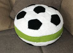 A great pillow to have a short midday sleep, or one to hold in front of your face, when a football/ soccer match gets to exciting. Crochet Pillow Pattern, Crochet Cushions, Crochet Patterns, Crochet Ball, Crochet Home, Crochet Football, Baby Deco, Crochet For Boys, Soccer Ball