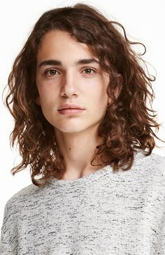 Men's Hairstyles Curly shoulder length hair. Photo: H&M. #menshairstyles #menshair #curlyhair