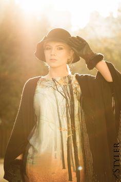 Jak malowana - sukienka z nadrukiem, filcowy kapelusz, ponczo
