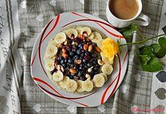"""Jablečná ovesná kaše s ovocem a brusinkovým sirupem: """"Variací na snídaňové kaše je nepřeberné množství takže můžete stále zkoušet nové a nové."""" Acai Bowl, Breakfast, Food, Syrup, Acai Berry Bowl, Morning Coffee, Meals, Yemek, Eten"""