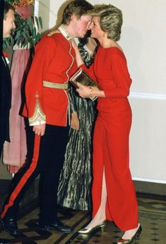 Princess Diana kisses her brother Earl Charles Spencer at the Birthright Ball, November 21, 1985.