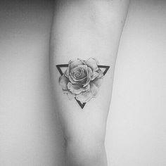 35 ideas tattoo flower minimalist tatoo for 2019 Men Flower Tattoo, Rose Tattoos For Men, Small Flower Tattoos, Flower Tattoo Designs, Small Tattoos, Tattoos For Guys, Tattoos For Women, Tattoo Flowers, Mini Tattoos