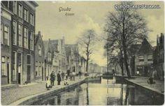 De huidige Raam werd in 1402 voor het eerst als Raamweg aangeduid. Bij bestudering van de straten is het belangrijk stil te staan bij het gegeven dat in de Middeleeuwen slechts één kant van de straat bebouwd was. Bebouwing aan twee zijden was uitzonder- lijk genoeg om te noemen, zoals de Dubbele Buurt. De bebouwde, oostelijke, kant van de Raam heette de Koningstraat. Deze werd later ook Raam genoemd. De westkant was feitelijk de achterzijde van de bebouwing aan de Gouwe, zoals het geval is…