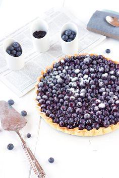 Une délicieuse tarte aux bleuets prête en moins d'une heure. Le dessert parfait pour un diner entre amis.