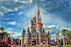 夢の国。子どもの時から大好きな場所。いつか外国のディズニーも行ってみたいです!