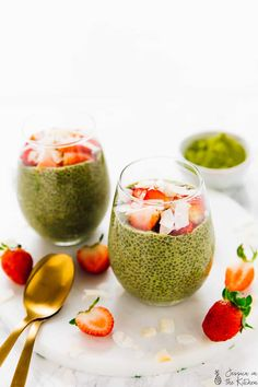 This Matcha Chia Pudding (Green Tea) is made with only 5 ingredients! It's healthy, high fibre, a filling breakfast option! It's also great for meal prep! Best Vegetarian Recipes, Healthy Recipes, Vegan Meals, Vegan Desserts, Vegan Food, Healthy Food, Matcha Chia Pudding, Vegan Burrito Bowls, Green Tea Smoothie