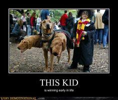 Niño y pereo disfrazados de Harry y Fluffy
