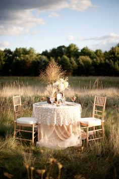 LOVE the layers on this table!!! Lace tablecloth with tulle under it