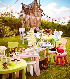 Eine Gartenparty mit MAMMUT Kinderstühlen, -tischen und -hockern in Hellgrün, Hellrosa, Hellblau und Weiß