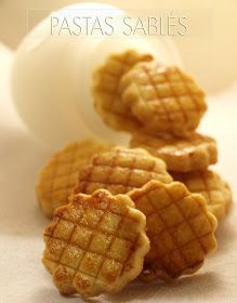 Un bocado suave y realmente delicioso. Os invito a probarlas.    PASTAS SABLÉS   Ingredientes:  100g de mantequilla  60g de azúcar  2 yemas ...