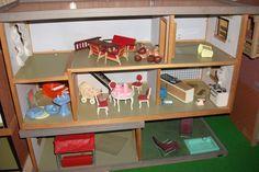 Fladt tag Hanse dukkehuse, ca 1970 Ved 1970 blev Hanse producerer huse med flade tage og asymmetriske sadeltage. Trappen er flyttet til den midterste rum, og fører op til en split niveau plads til venstre. Indretningen er, om muligt, endnu mere dystre end i 1960'erne Hanse med brune tapeter!