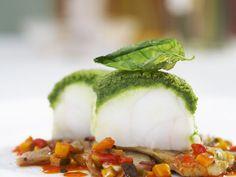Seeteufel mit Basilikumhaube auf Artischocken-Ratatouille-Gemüse ist ein Rezept mit frischen Zutaten aus der Kategorie Meerwasserfisch. Probieren Sie dieses und weitere Rezepte von EAT SMARTER! Fresco, How To Cook Fish, Tasty, Yummy Food, Appetizer Dips, Fish And Seafood, Food Design, Relleno, Fish Recipes