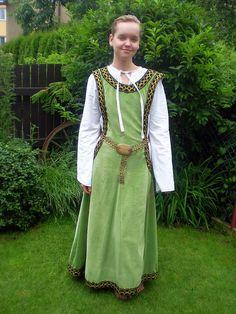"""vrcholný+středověk+Kostým+z+pozdního+středověku,+charakterizovaný+tzv.:""""čertovy+okny"""",+ručně+vyšívaný,+spodní+a+svrchní+šat."""
