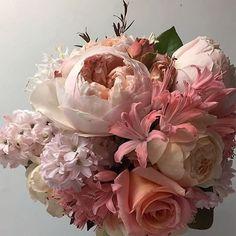 Bouquet tão delicado para se inspirar!!! E a @julianasantosdesigndeeventos estará lançando os seus bouquets com descontos especiais no Wedding Weekend nos dias 27 e 28 de agosto, você não pode  perder!!! #weddingweekend #bouquet#flores#flowers#casar#casando#voucasar#casamento#instaflower
