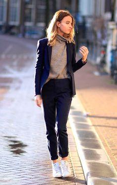 Street style look conjunto azul, turtleneck e tênis branco.