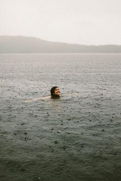 Se baigner sous la pluie...