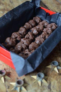 """I alla fall hemma hos oss. När nyheten i höstas om att trillingnöt skulle trilla ur Aladdinasken blev det ett ramaskri i den chokladälskande delen av Sverige. """"Hur kunde man? Det är i samma... Christmas Food Gifts, Christmas Candy, Christmas Baking, Candy Recipes, Holiday Recipes, Dessert Recipes, Bagan, Homemade Candies, No Bake Desserts"""