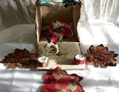La boite du cadeau est déjà un cadeau....Cette boite a été fabriquée à partir dune tapisserie ancienne ,lin ancien,doublure polyester ouatinée.La bordure des 6 cotés est faite à la machine,puis au fil cuivré au point de bourdon.Lon peut remarquer une sorte de fenêtre,en haut à droite sur un côté,en tissu à beurre ce qui permet de voir ce qui se passe à lintérieur du paquet,la nuit quand la lumière brille à lintérieur, on peut approcher et risquer un oeil....bien pratique pour repérer le…