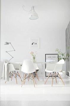skandinavieches design esszimmer weiße einrichtung attraktive stehlampe leuchter