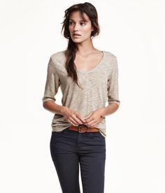 Check this out! Een top van zacht tricot waarin linnen is verwerkt. De top heeft een V-hals en is afgerond aan de onderkant. – Ga naar hm.com om meer te bekijken.