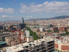 Blick auf den Torre agbar und sagrada Familia. Auf dem Berg ist Fernsehturm von Norman Foster zu Sehen