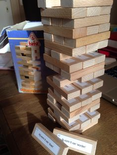 Zelf gemaakt spel - Iedereen kent wel het spelletje 'Jenga'. Wel, voor dit spel gebruik je de blokjes en hetzelfde principe. Juist staat er op elk blokje een 'opdracht' over de werkwoorden (bijv. eten in de tt in de ik-vorm). De leerlingen vervoegen het werkwoord, schrijven het op en doen dan verder. Ook kunnen ze zelf controleren adhv het oplossingenblad.