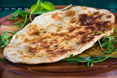 Garlic Naan - Use your Contact Grill (George Foreman Grill) to bake hot, fresh flat breads, like this Indian style Garlic Naan. It's also great for reheating naan, or for warming pita breads and tortillas. Naan Pizza, Garlic Naan, Garlic Bread, Tortillas, Pan Hindu, Pizza Legal, Pizza Cool, Pizza Maker, Indian Flat Bread