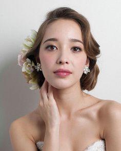 モダンクラシカルな華やかさを醸すウエーブヘアは大人の花嫁にぴったり/Front
