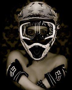 Mujer en casco integral de DH.